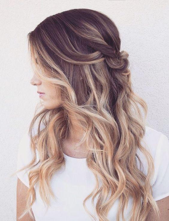 ondas y cabello para esta temporada primavera verano puede ser con unas trenzas que sostienen el cabello para que no caiga