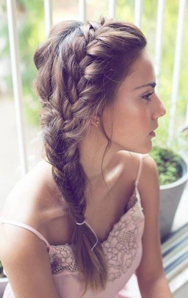 una trenza cosida lateral compone este juvenil peinado fcil y simple pero que enmarca la cara