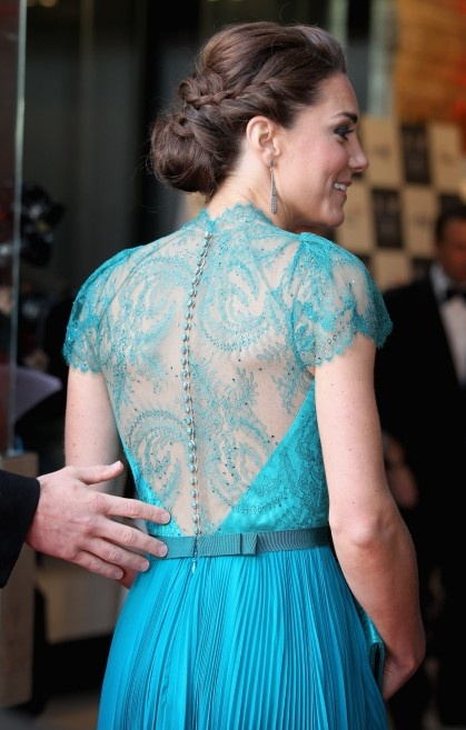 elegante peinado recogido bajo con trenzas digno de una princesa kate middleton