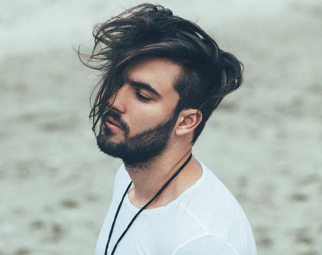 Peinado de hombre con pelo largo atado.