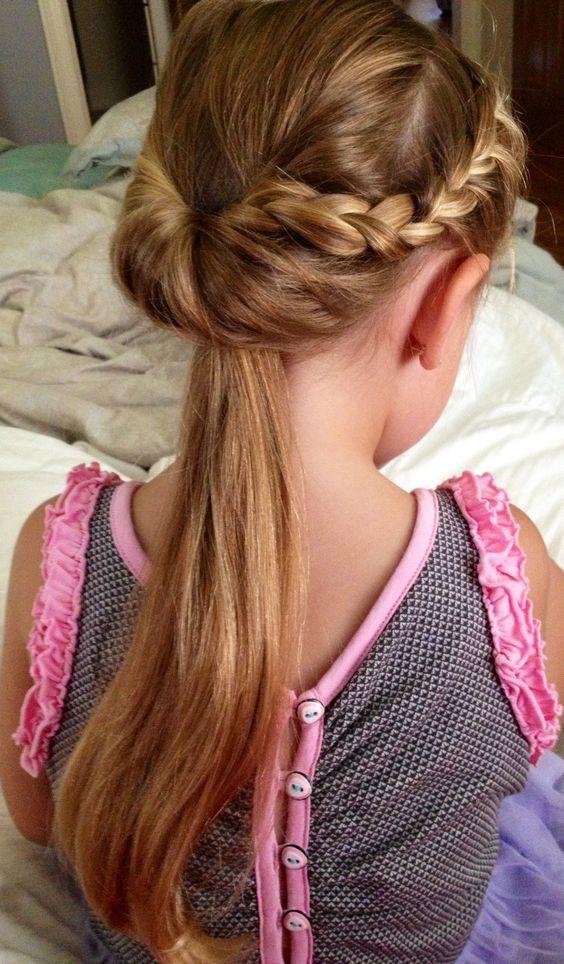 un peinado original dos trencitas para despejar el rostro que luego se confunden por detrs en una cola de caballo en este cabello largo de nia