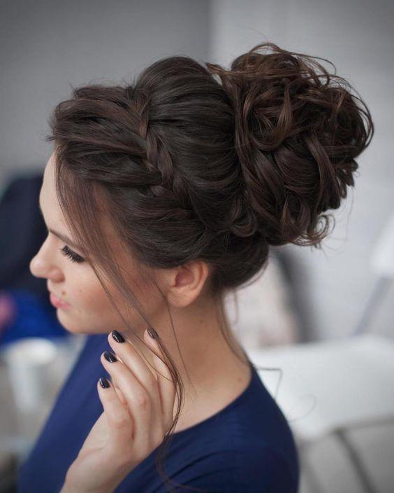 impecable cabello recogido con trenza diadema