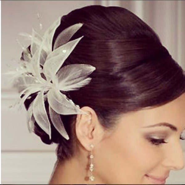 en este caso una flor de tela engalana la cabeza de esta novia muy elegante dandole un toque de distincin un peinado superjovial para with peinados para