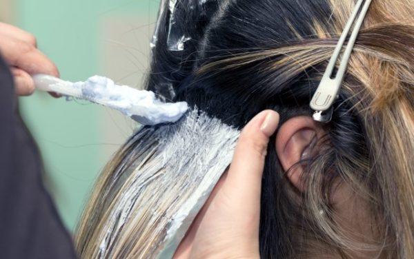 Mechas californianas paso a paso para hacer en casa de - Como aclarar el pelo en casa ...