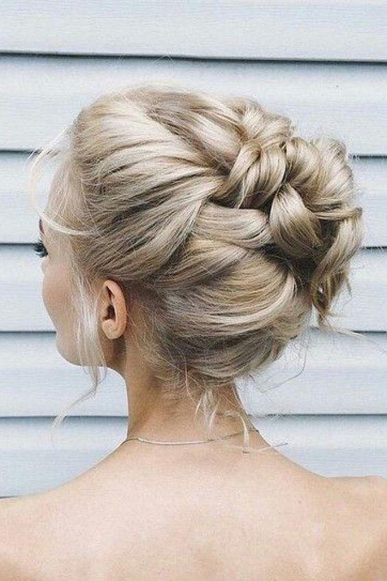 bello peinado recogido para usar en un evento de noche