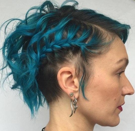 en la imagen anterior se puede ver un corte de pelo muy llamativo con un peinado muy original con trenzas ademas el color del cabello es muy poco comn