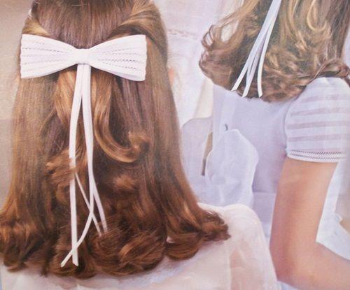 aqu el lazo tiene presencia ya que forma un moo de considerables dimensiones en este peinado de comunin - Peinados De Comunion Sencillos