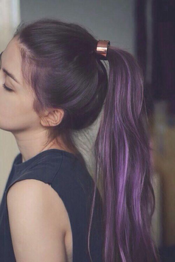 Cabello negro con mechas violetas